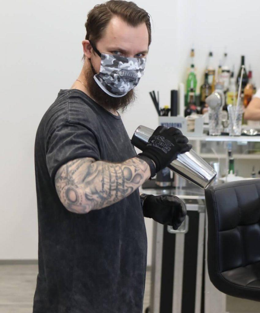 Matthias Knorr mixt in der Barschule München