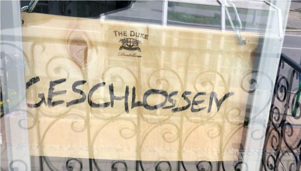 """""""Geschlossen"""" Schild der THE DUKE Destillerie"""