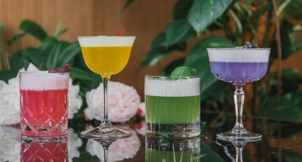 Farbenfrohe Gin Sour Variationen mit THE DUKE Gin, Hibiskus, Safran, Basilikum und Pea Tea