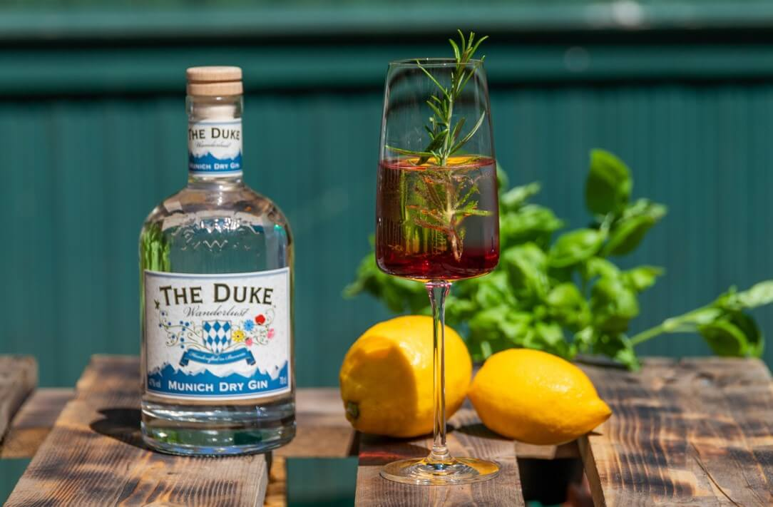 Gin Aronia Spritz im Sektglas mit THE DUKE Wanderlust Gin und Rosmarin