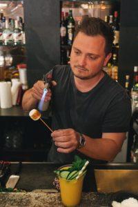 Lukas flambiert ein Marshmellow an der Bar