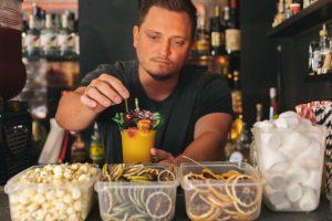 Lukas Motejzik garniert einen Slushy Drink mit Lion's Vodka