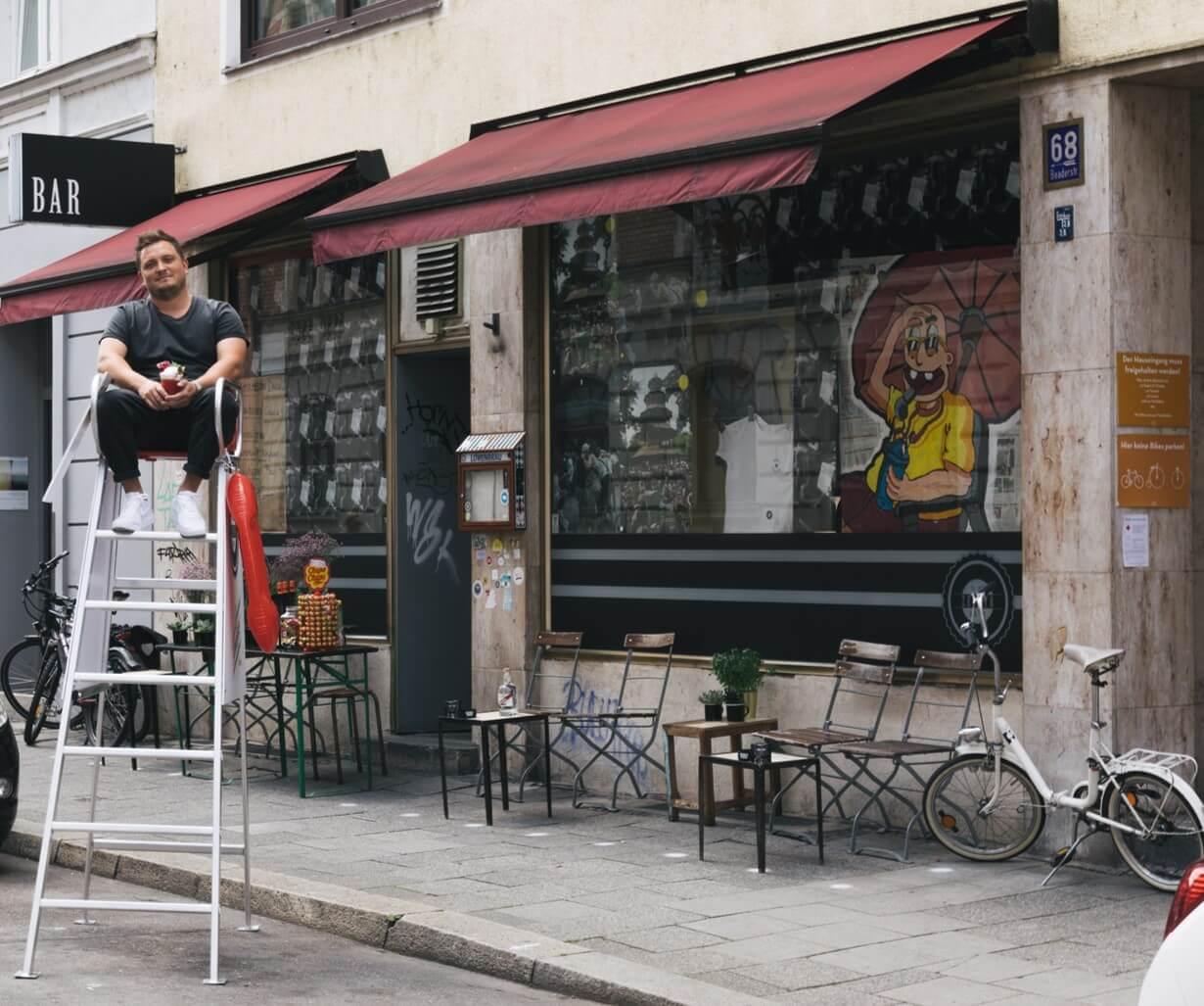 Lukas Motejzik auf seinem Bademeister Stuhl vor der Zephyr Bar