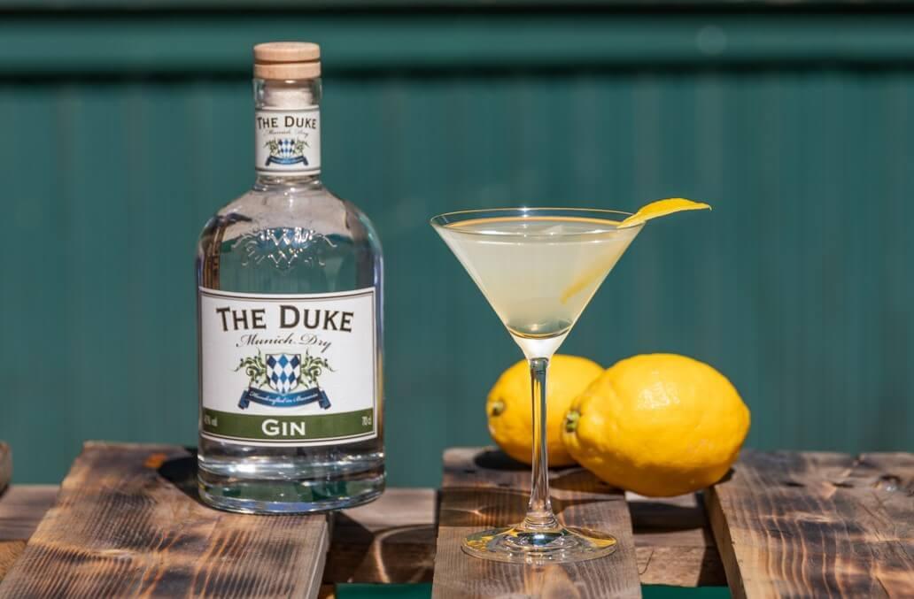 Royal Gin Fizz mit THE DUKE Munich Dry Gin und Zitronenzeste