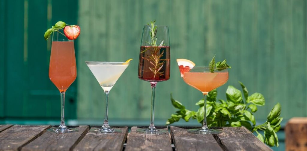 Spritzige Sommer Drinks mit THE DUKE Munich Dry Gin, Wanderlust Ginund Rough Gin in der Sonne