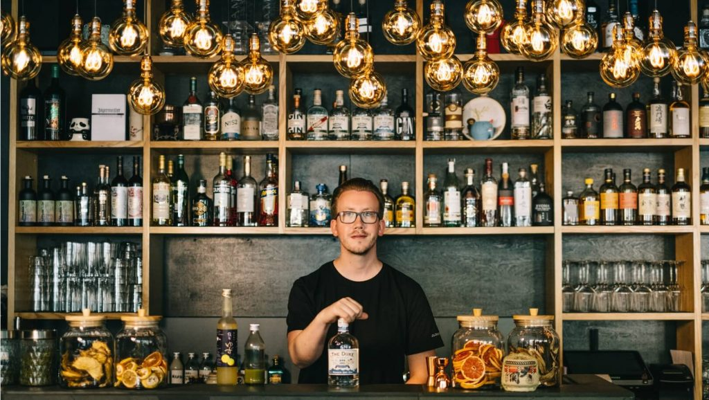 Dustin Heimsoth mit THE DUKE Wanderlust Gin an der Bar im Nakama