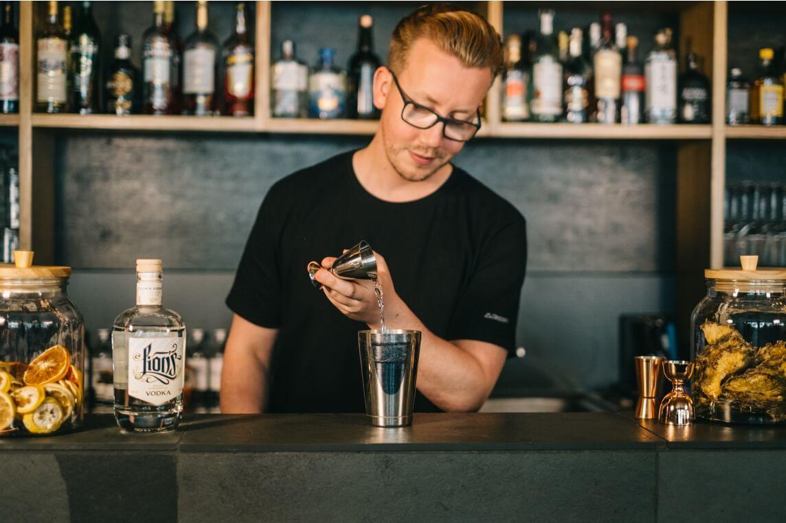 Dustin gießt LION's Vodka in einen Shaker