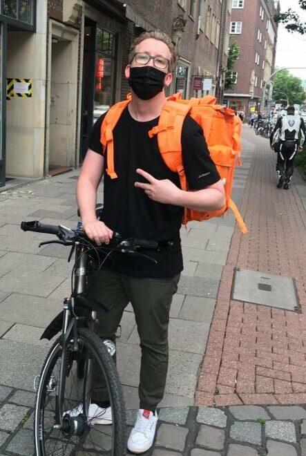 Dustin Heimsoth vom Nakama fährt Essen aus mit dem Fahrrad