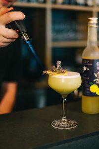 Dustin flambiert eine Ananas für den THE DUKE Gin Cocktail