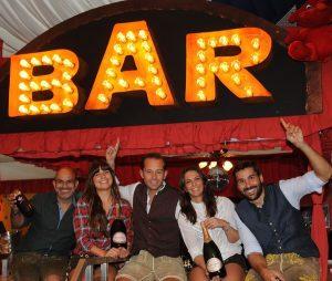 Otto Lindinger und das Bar Team im Bodo's Cafézelt