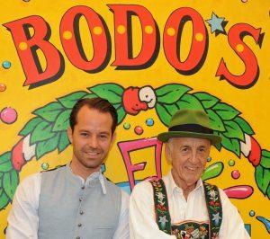 Otto Lindinger mit Bodo Müller vor dem Bodo's Cafézelt auf dem Oktoberfest