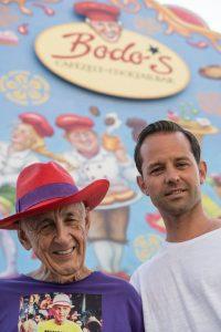 Otto Lindinger und Bodo Müller auf dem Oktoberfest vor Bodo's Cafézelt