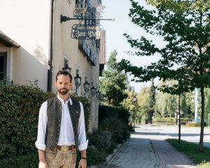 Otto Lindinger steht vor seinem Hotel in Aschheim