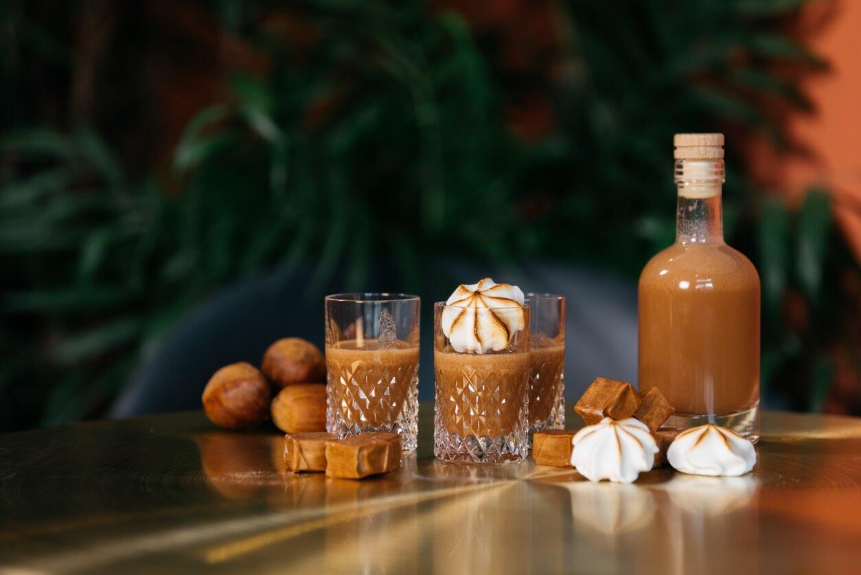 Vodka mit Karamell in Shot Gläsern