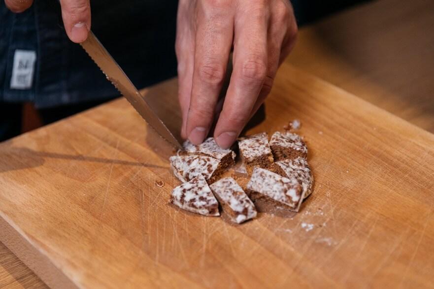 Lebkuchen schneiden für Winter Drink mit LION's Vodka, Lebkuchen, Honig und Milch