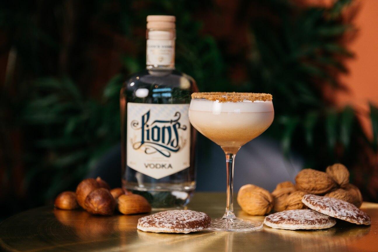 Winter Drink mit LION's Vodka, Lebkuchen, Honig und Milch