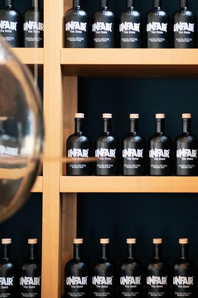 Flaschen der limitierten THE DUKE x Unfair Gin Edition