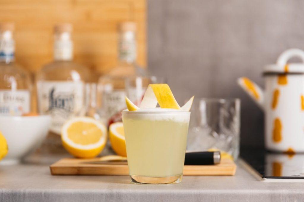 Gin Sour mit THE DUKE Rough Gin und Zitronenzeste