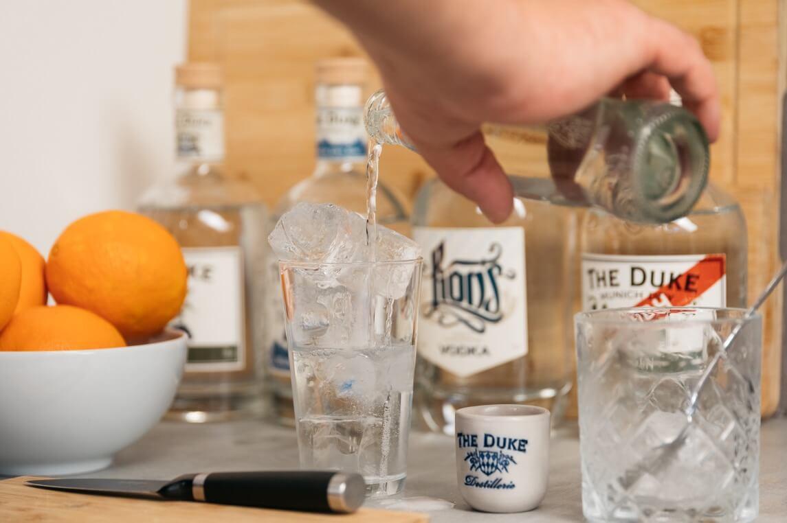 Gin mit Tonic Water aufgießen