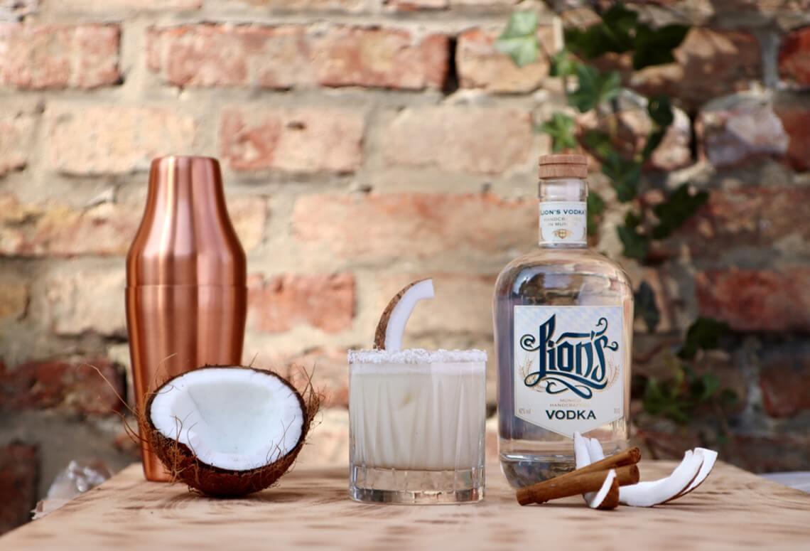 Cocktail mit LION's Vodka und Kokosnuss