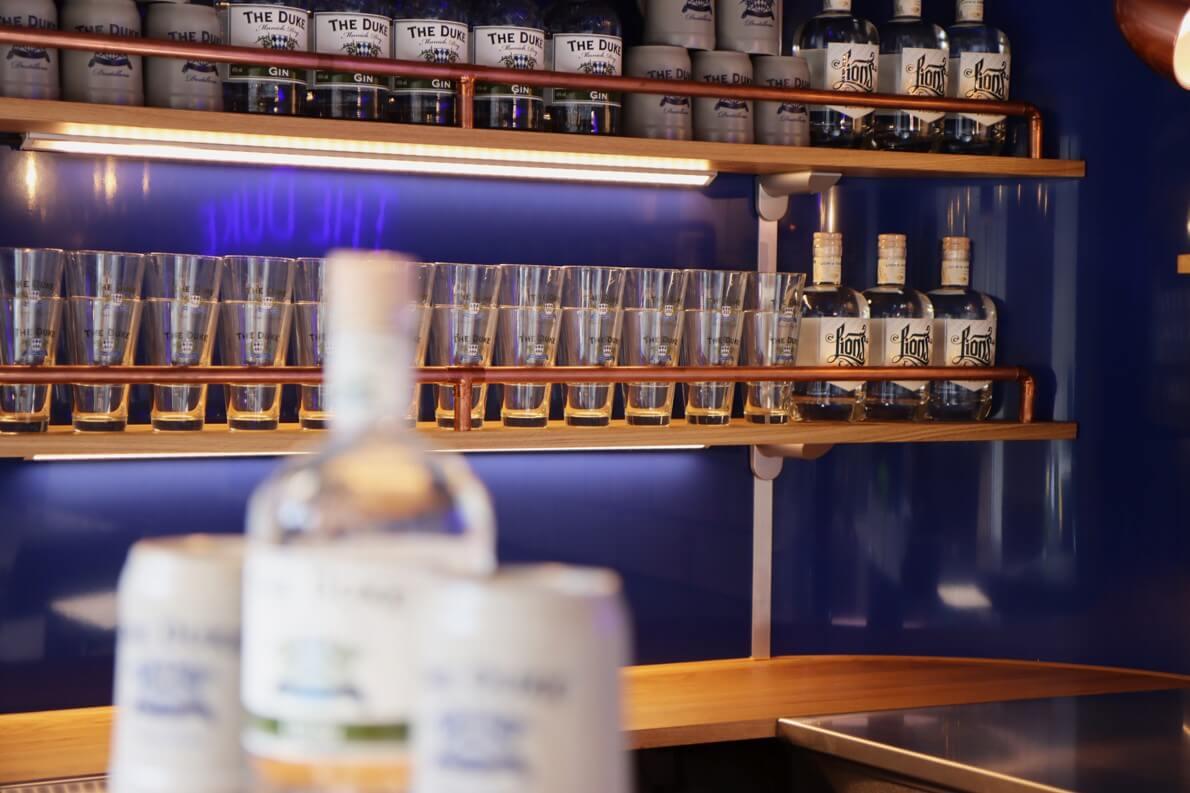 Lion's Vodka und The Duke Gin im Bar Regal des Bar Trailers