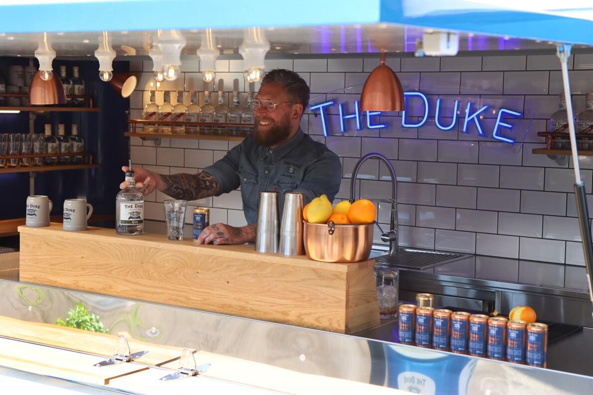 Barkeeper mixt Cocktails in der mobilen Bar der The Duke Destillerie