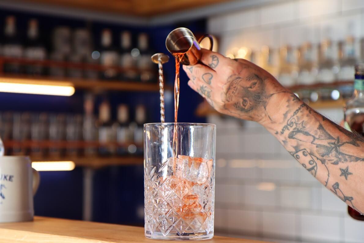 Cocktail Zubereitung in der mobilen Bar der The Duke Destillerie