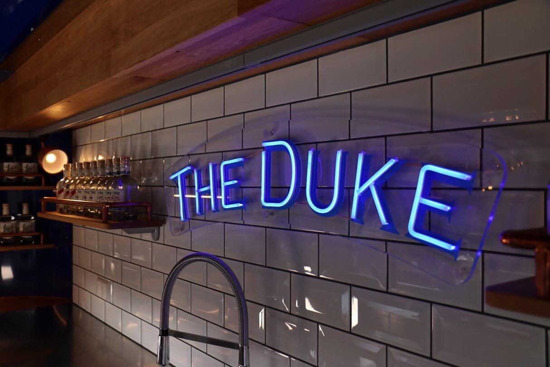 Leuchtschrift in der mobilen The Duke Bar
