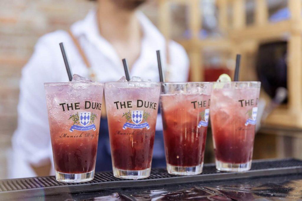 Herzog Heinrich Drink von der THE DUKE Destillerie auf der Bar