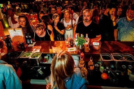 Gäste warten auf Drinks and der THE DUKE Event Bar