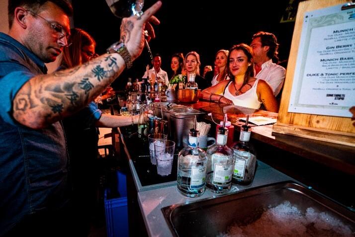 Barkeeper mixt Drinks and der THE DUKE Event Bar